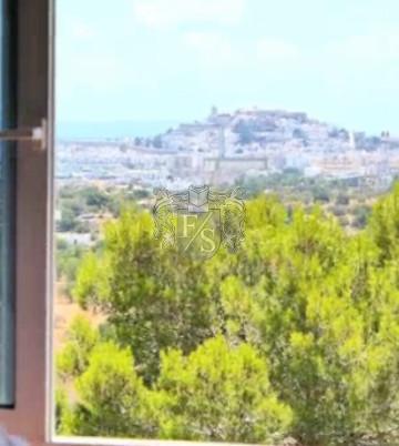 Ein Haus in Monte Cristo mit Blick auf Ibiza